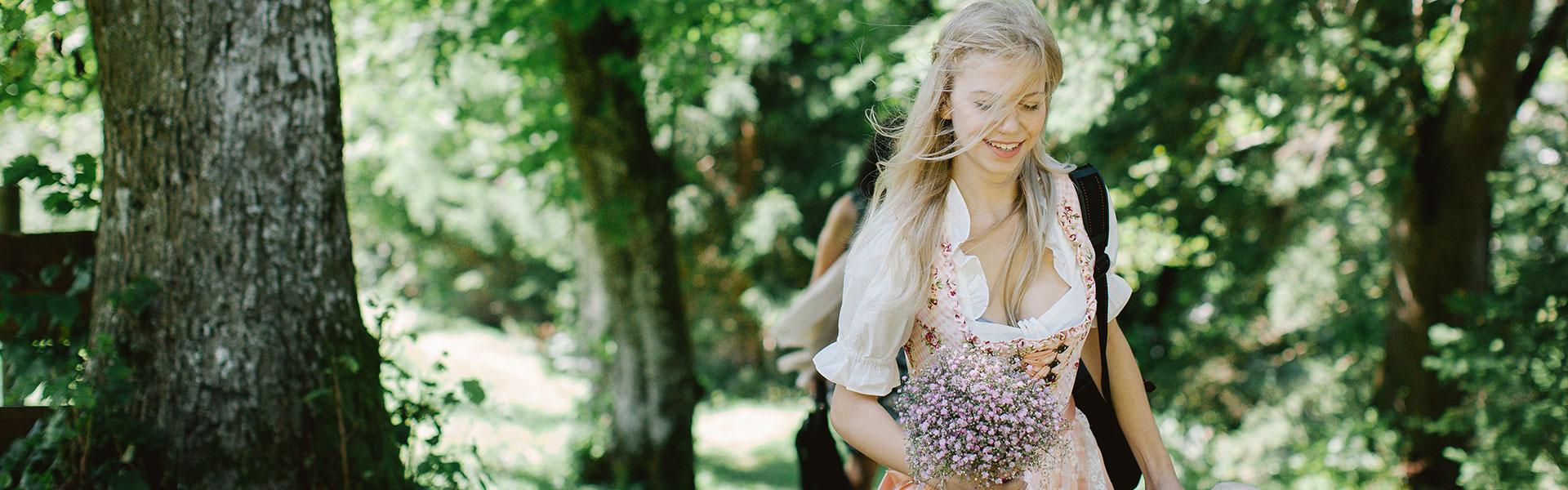 Brautstrauß aus rosa Schleierkraut, Dirndl zur Hochzeit, Hochzeitshelfer