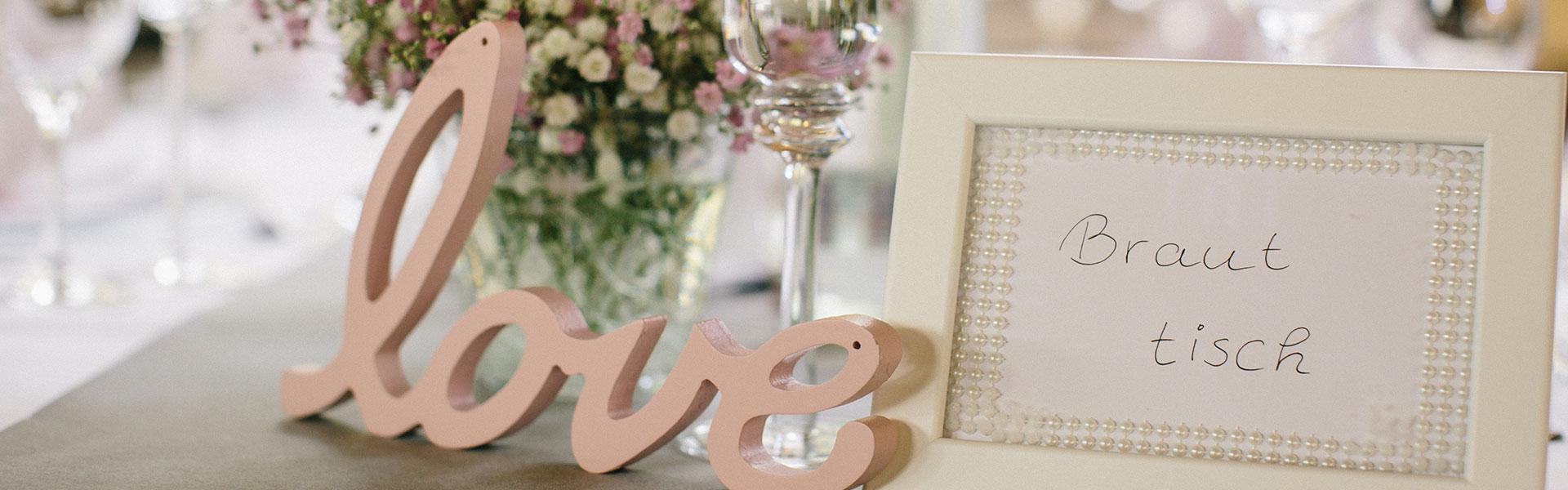 LOVE Schriftzug am Brauttisch, Schleierkraut-Hochzeit in Rosa