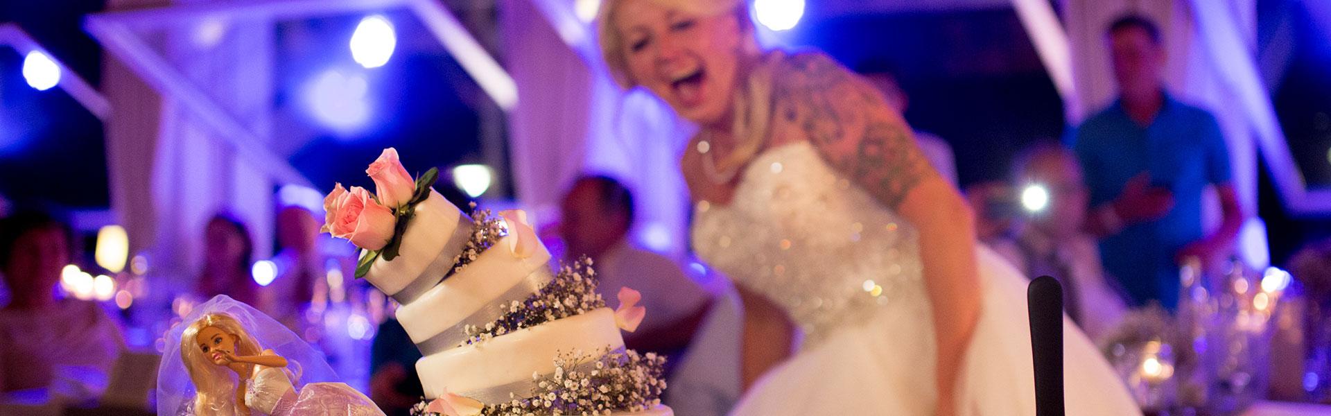 Schiefe Hochzeitstorte mit fallender Braut - Hochzeitspartyspass