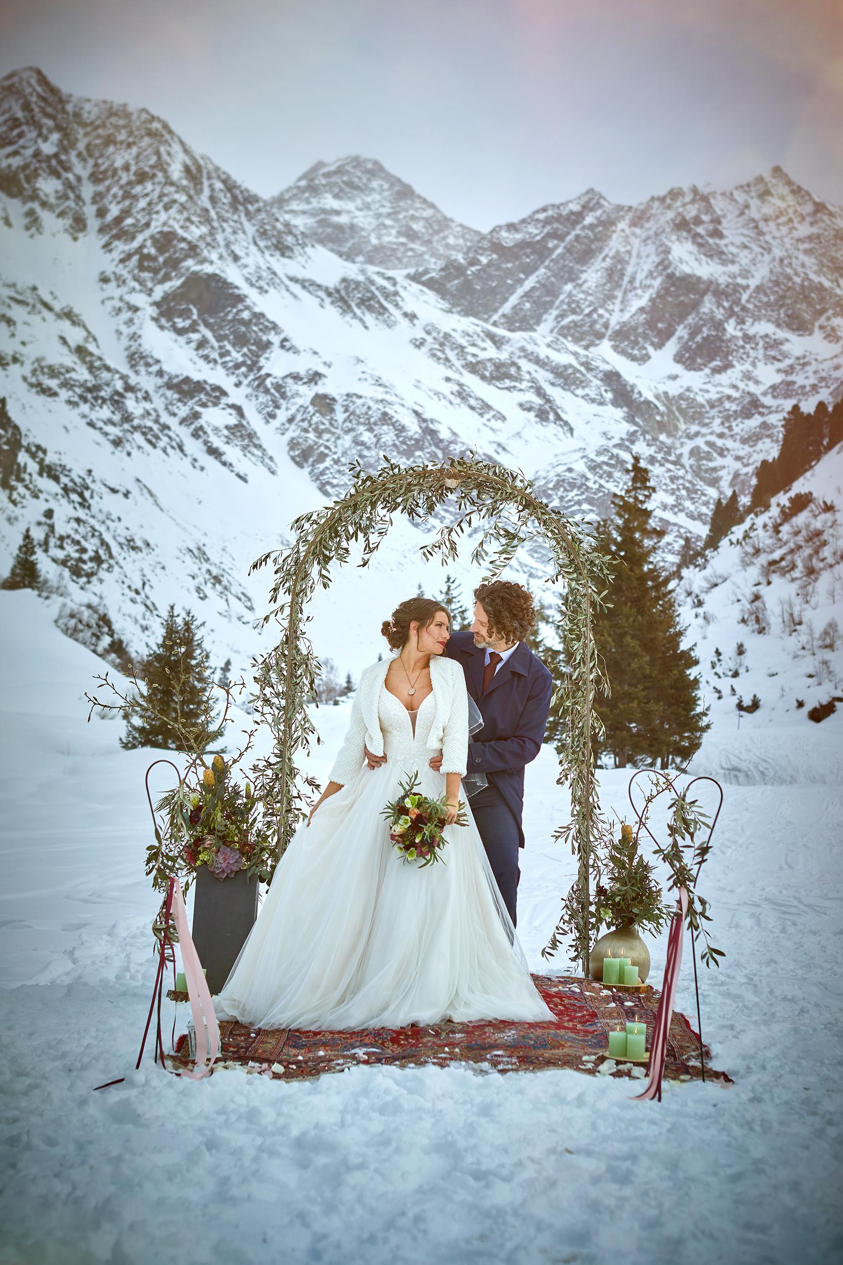 Winterhochzeit in den Bergen von Tirol